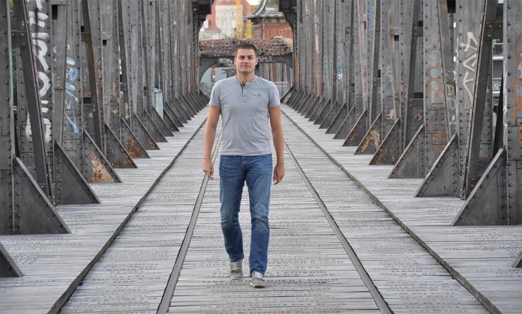 Martin Hoffmann läuft über eine Brücke
