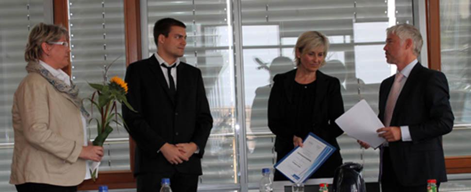 Zeugnisübergabe mit MDR-Intendantin Karola Wille, der MDR-Volontärsbeauftragten Sylvia Dubberke und Frank-Thomas Suppee, dem Leiter des MDR-BildungsCentrums