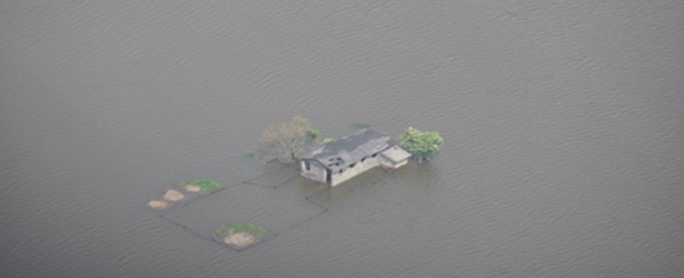 Ein Haus umgeben von Hochwasser
