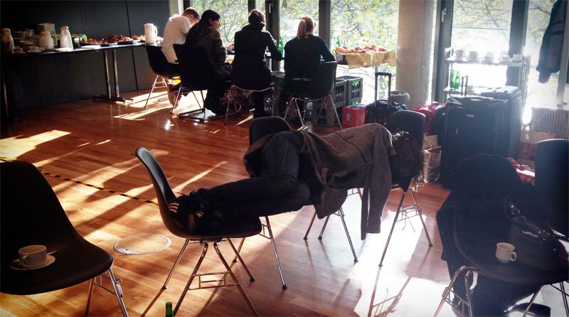 Eine Person liegt beim Vololab quer auf drei Stühlen und schläft.
